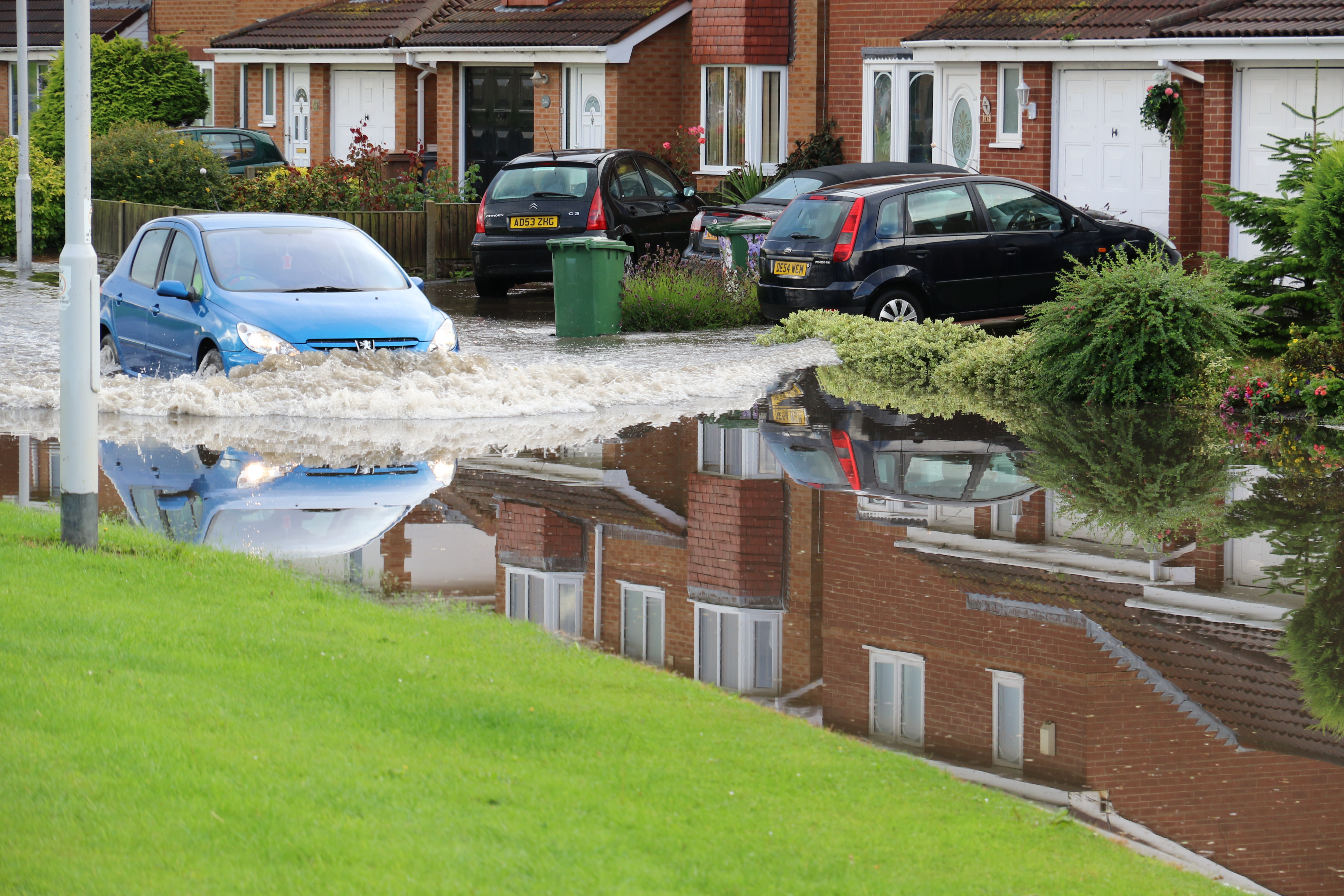 Moreton Floods - Millhouse Lane, even travelling at relatively slow speeds pushes a tidal wave into the gardens